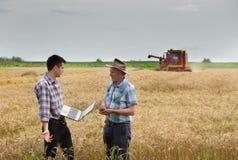 De landbouwers op tarwe oogsten Royalty-vrije Stock Foto's
