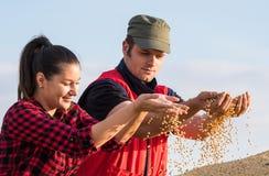De landbouwers van het Yonngpaar royalty-vrije stock afbeelding
