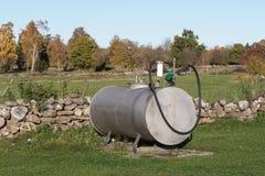 De landbouwers voorzien tank van brandstof royalty-vrije stock foto's