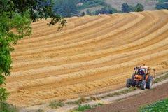 De landbouwerswerken op de gebieden royalty-vrije stock fotografie
