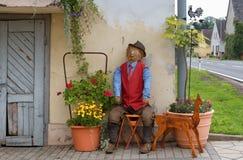 De landbouwerszitting van de stropop voor een boerderij, oogstviering, decoratie in Oostenrijk stock fotografie