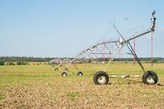 De landbouwirrigatie met Spilsprenkelinstallatie royalty-vrije stock afbeelding