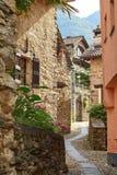 De landelijke Zwitserse straat van het bergdorp in Zuidelijk Zwitserland, Kanton van Ticino dichtbij Bellinzona stock foto