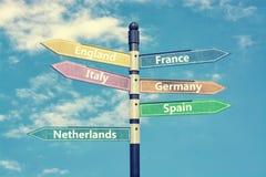 De landen van Europa en voorzien tegen blauwe hemel van wegwijzers het 3d teruggeven Stock Afbeeldingen