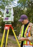 De landmeter controleert zijn werk Royalty-vrije Stock Foto