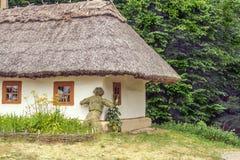 De landschapsklei en de houten hut met stro bedekten Oekraïener Royalty-vrije Stock Fotografie