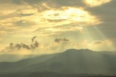 De landschapsmening heeft een mooie ochtendmist stock afbeeldingen