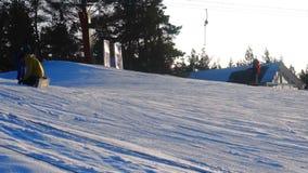 De landschapswinter glijdt skitoevlucht, skilift, die onderaan bergaf snowboarders en skiërs gaan stock footage