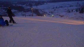 De landschapswinter glijdt skitoevlucht, skilift, die onderaan bergaf snowboarders en skiërs gaan stock videobeelden