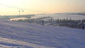 De landschapswinter glijdt skitoevlucht, skilift, die onderaan bergaf snowboarders en skiërs gaan stock video