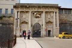 De Landwaartse poort met de Leeuw van het Teken van Heilige in Zadar Stock Foto