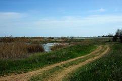 De landweg aan het meer Moinaki Royalty-vrije Stock Afbeeldingen