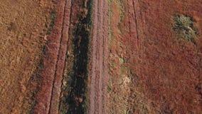 De landweg als camera trekt hierboven uit stock videobeelden