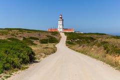 De landweg die tot de Espichel-Kaapvuurtoren leiden stock afbeeldingen