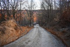 De landweg krijgt onderaan over de heuvel stock fotografie