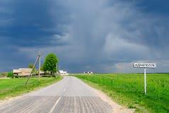 De landweg met voorziet vóór regen van wegwijzers Royalty-vrije Stock Fotografie
