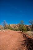 De landweg van de woestijn stock fotografie