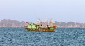 De Lange Baai van Ha, Vietnam Vietnamese fishermans Royalty-vrije Stock Foto's