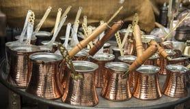 De lange behandelde pot is een essentieel materiaal om Turkse koffie te maken royalty-vrije stock afbeelding