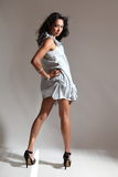 De lange benen sexy mannequin stelt in korte kleding Royalty-vrije Stock Foto's