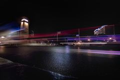 De lange blootstelling schoot voor het verkeer op de brug van Qasr Gr Nijl in Kaïro Egypte stock afbeeldingen