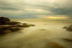 De lange blootstelling van de strandzonsondergang Stock Foto's