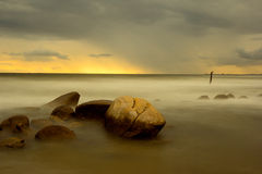 De lange blootstelling van de strandzonsondergang Royalty-vrije Stock Foto's