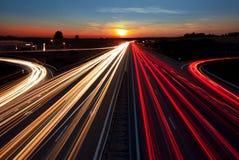 De lange blootstelling van het snelheidsverkeer op weg in zonsondergangtijd Royalty-vrije Stock Afbeelding
