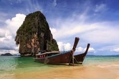 De lange boot van de staarttaxi bij Phranang-strand Krabi, Thailand Stock Foto's