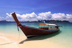 De lange boot van de staarttaxi bij Phranang-strand Krabi, Thailand Royalty-vrije Stock Afbeelding
