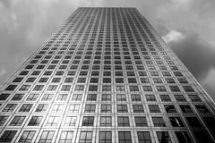 De lange bouw centraal bij Canary Wharf royalty-vrije stock afbeelding