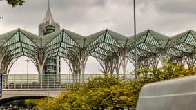 De lange bouw en het moderne kijken architectuur royalty-vrije stock afbeeldingen