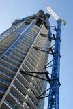 De lange bouwconstructie van de wolkenkrabber hoge stijging met verticale kraan, Stock Afbeelding