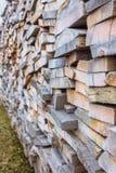 De lange bouwmaterialen van de raads hoge stapel stock afbeelding
