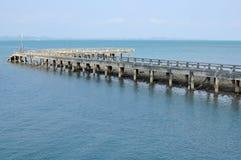 De lange brug in het overzees stock fotografie
