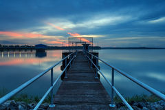 De lange brug naar aan pomphuis bij reservoir, Thailand stock foto's