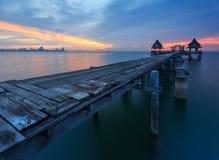 De lange brug over het overzees met een mooie zonsopgang, Thailand stock fotografie