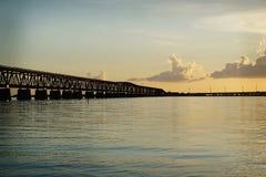 De lange Flagler-treinbrug niet meer in gebruik in de Sleutels bij zonsondergang Royalty-vrije Stock Foto