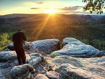 De lange fotograaf bereidt camera voor het nemen van beeld van bergen voor royalty-vrije stock foto's