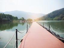De lange gang rond de rivier en de bergen stock foto's