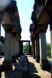 De lange gang van Angkorwat in het licht van de ochtendzon Royalty-vrije Stock Afbeeldingen