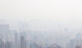 De lange gebouwen van Hongkong in nevel Royalty-vrije Stock Foto's