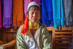 De lange Halsvrouw weeft Stof, Myanmar - 17 November 2017 stock afbeelding