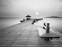 De lange houten brug in zwart-wit stock fotografie