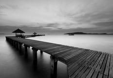 De lange houten brug in zwart-wit stock afbeeldingen