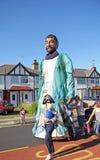De lange mens van straatcarnaval Royalty-vrije Stock Afbeeldingen