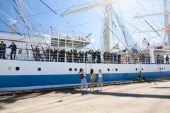 DE LANGE SCHEPENrassen KOTKA 2017 Kotka, Finland 16 07 2017 Schip Mir in de haven van Kotka, Finland De zeelieden van de meisjese stock fotografie