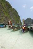 De lange staartboot op het mooie overzees, Maya baai, Phuket schoot op 28 Maart, 2012 Stock Afbeelding