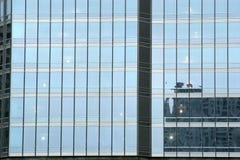 De lange stedelijke bouw - glaswolkenkrabber Royalty-vrije Stock Afbeeldingen