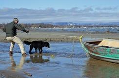 De lange strandgolf vindt een boot Royalty-vrije Stock Foto's